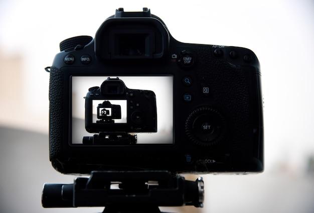 Kamera auf stativ fotografen nehmen malerische ansichten auf.