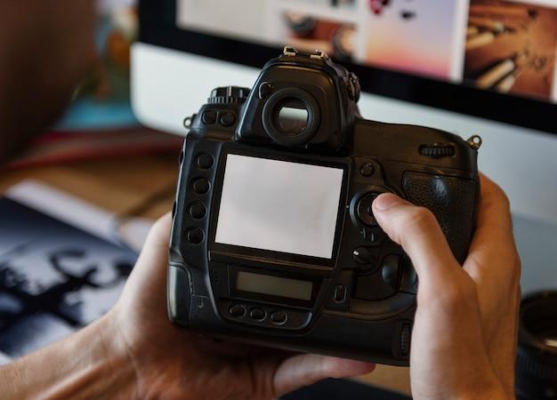 Kamera-fotograf-fotograf, der konzept überprüft