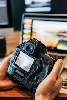 Kamera-fotografie-fotograf working, das konzept überprüft