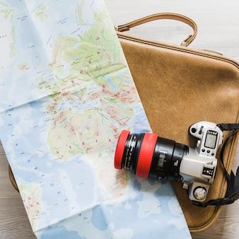 Kamera und karte auf der reisetasche