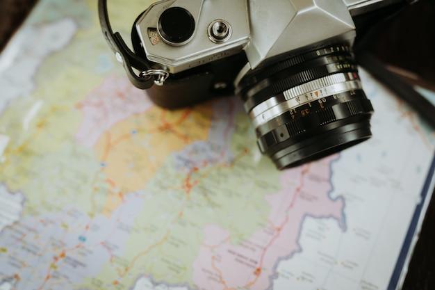 Kamera und karte von reisenden.