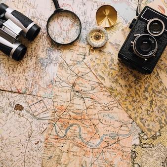 Kamera und kompass in der nähe von lupe und fernglas