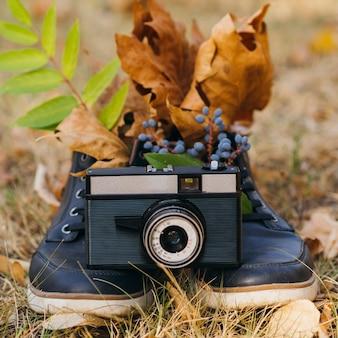 Kameragerät im freien auf schuhunterstützung