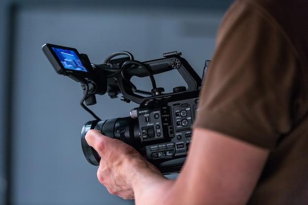 Kameramann, der mit einer kinokamera arbeitet