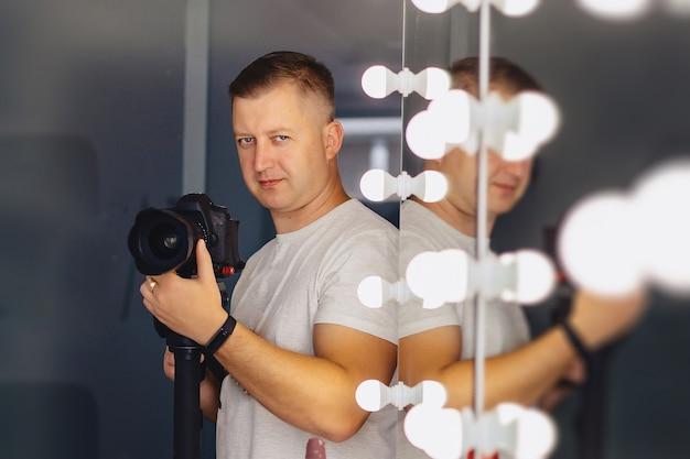 Kameramann mit einer kamera auf einem mono-pod