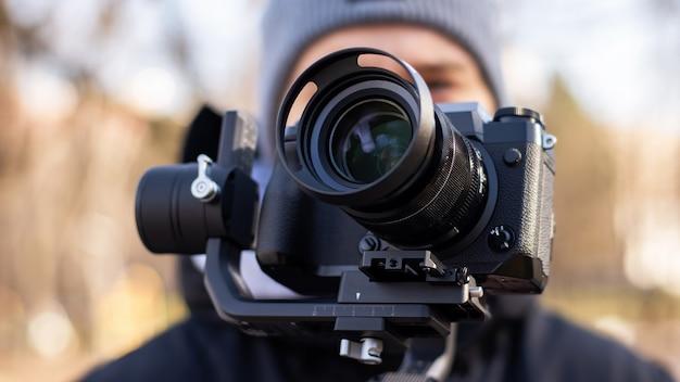Kameramann mit einer kamera