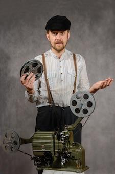Kameramann mit mit einer filmprojektion