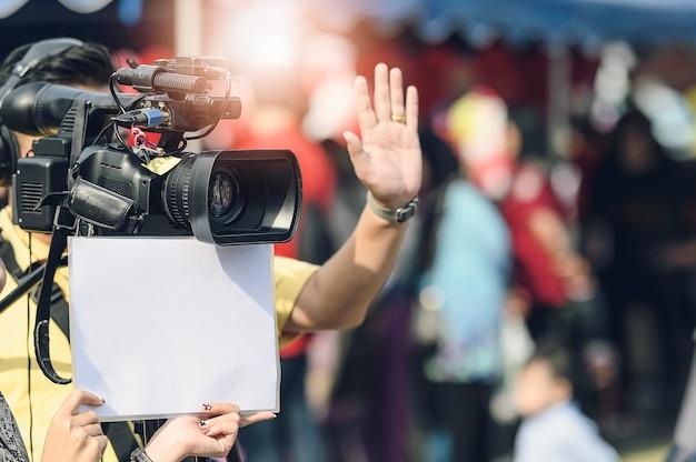 Kameramann und assistent drehen die filmszene mit der kamera