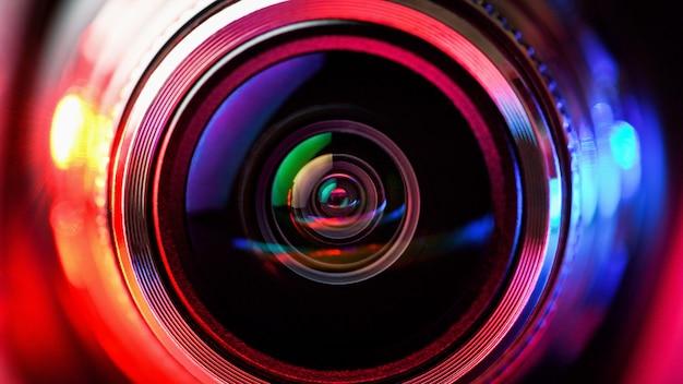Kameraobjektiv mit roter und blauer hintergrundbeleuchtung. objektive für die makrofotografie.