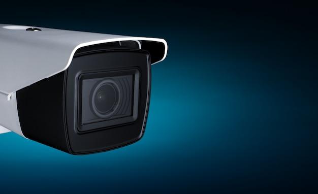 Kamerasicherheit in neonblauem licht mit platz für text.