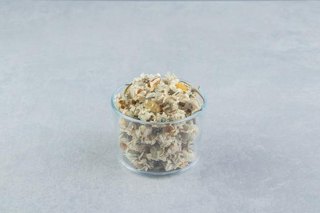 Kamillenblüten in einer glasschüssel trocknen.