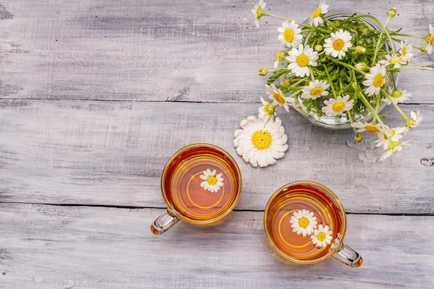 Kamillentee. frische blumen, sommer-heißgetränkekonzept. alternativmedizin, lebensstil