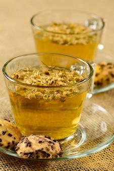 Kamillentee tasse mit crackern
