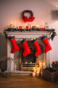 Kamin dekoriert mit weihnachtsmotiven und roten socken