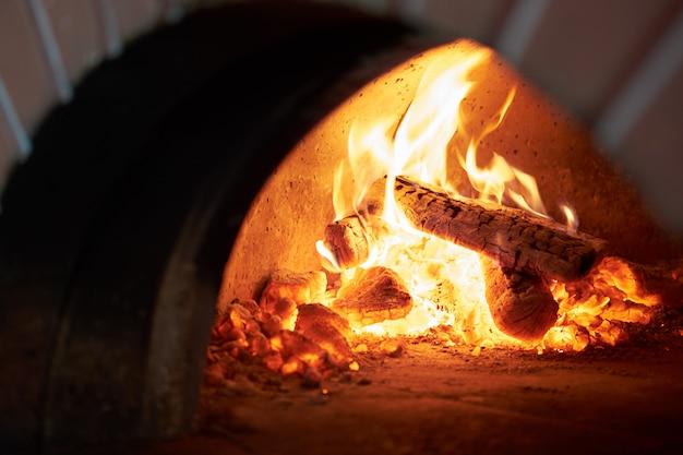 Kamin im steinofen in der pizzeria