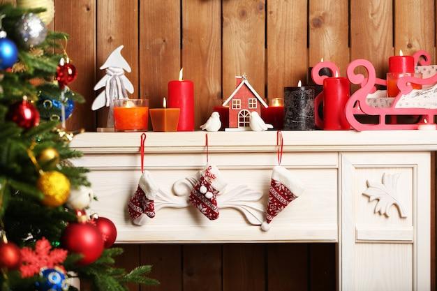 Kamin mit schöner weihnachtsdekoration im zimmer