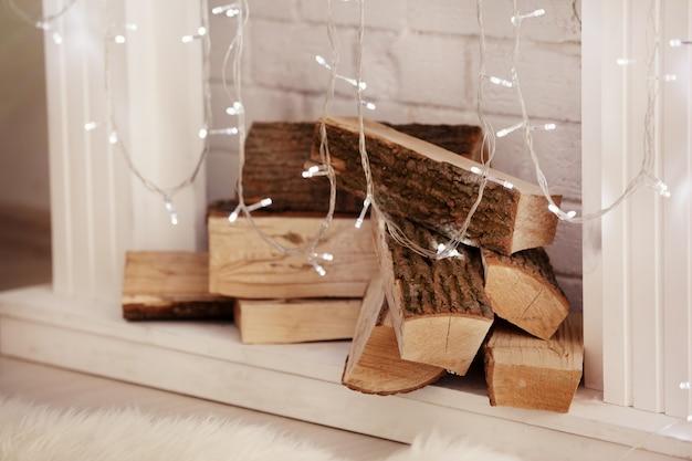 Kamin mit weihnachtsbeleuchtung dekoriert, nahaufnahme