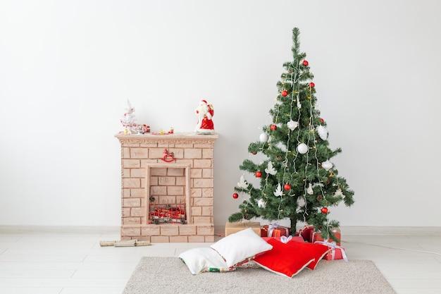 Kamin und weihnachtsbaum mit geschenken im wohnzimmer