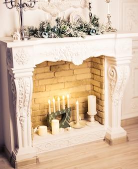 Kamin weihnachtlich dekoriert. neujahrsferien
