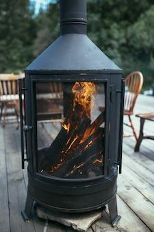 Kaminofen mit brennendem holz in der straße