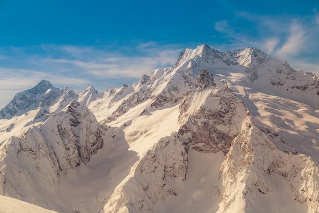 Kamm des kaukasusgebirges nahe der stadt dombay, russland an einem sonnigen wintertag auf sonnenuntergang. getöntes bild