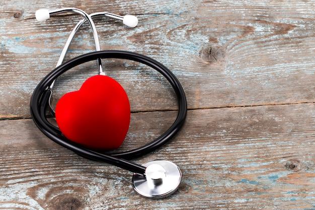 Kampagne zum weltgesundheitstag mit rotem liebesherz und stethoskop des arztes