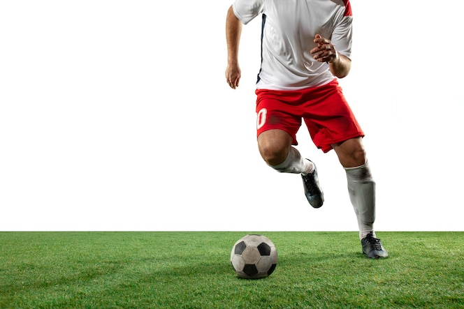 Kampf. schließen sie oben beine des professionellen fußballs, fußballspieler, die für ball auf feld lokalisiert auf weißer wand kämpfen. konzept von aktion, bewegung, hoch gespannten emotionen während des spiels. beschnittenes bild.