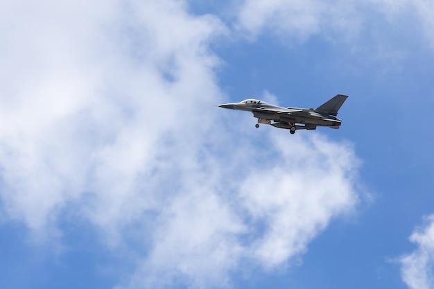 Kampfflugzeug des falken f16 auf himmelhintergrund