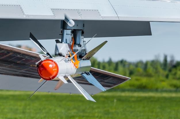 Kampfkreuzfahrtrakete auf dem flügel eines jägers mit einer roten spitze.