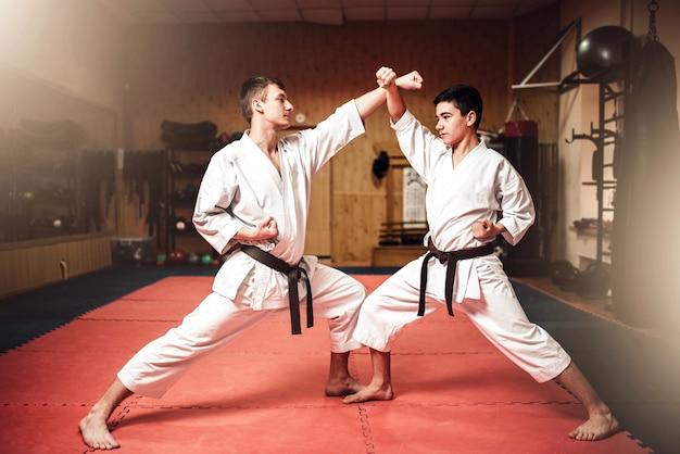 Kampfkunstmeister, selbstverteidigungspraxis im fitnessstudio