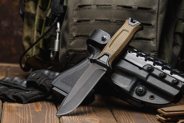 Kampfmesser und militärmunition.