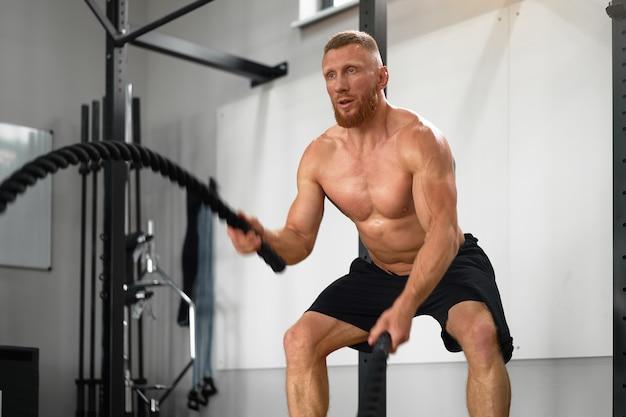 Kampfseil im fitnessstudio
