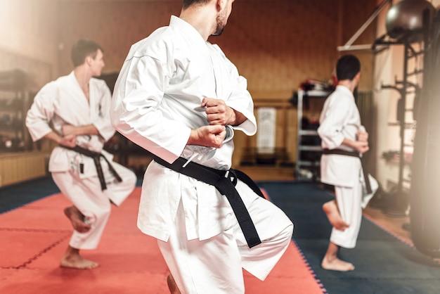 Kampfsportler beim training im fitnessstudio