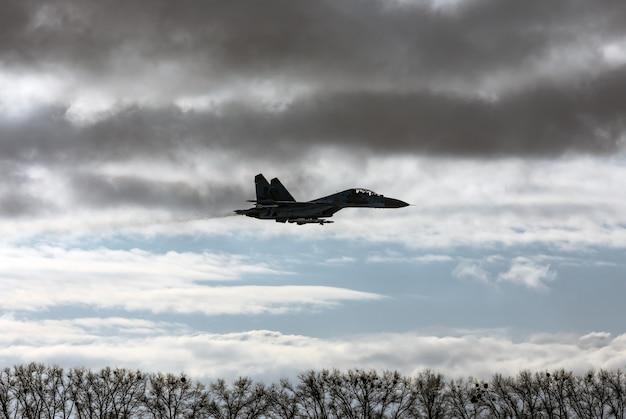 Kampftraining im trainingszentrum der luftlandetruppen der ukrainischen streitkräfte in der region schytomyr. kämpfer während kampfmissionen