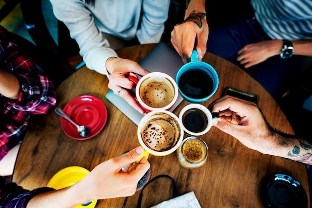 Kampierendes kaffee-freundschafts-glück-zusammengehörigkeits-konzept