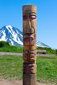 Kamtschatka eingeborener totempfahl auf vulkan
