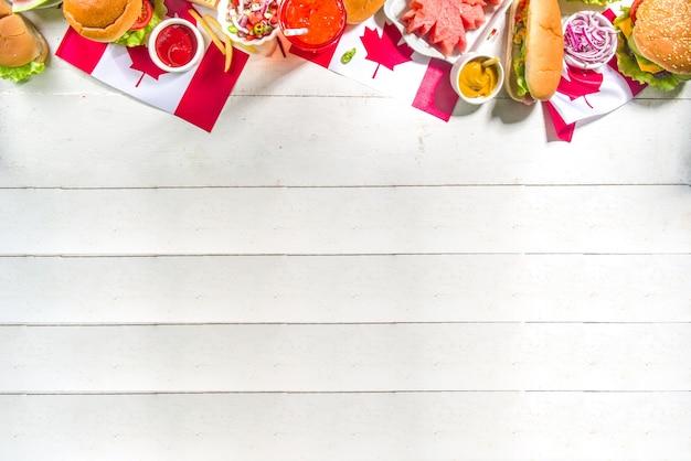 Kanada tag bbq essen ahornblatt geformte wassermelone, flaggen, burger, hot dogs, pommes und sauce