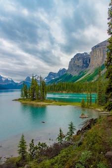 Kanada-waldlandschaft von spirit island mit großem berg im hintergrund, alberta, kanada.