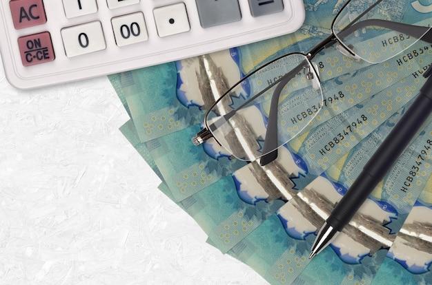 Kanadische dollarnoten fan und taschenrechner mit brille und stift