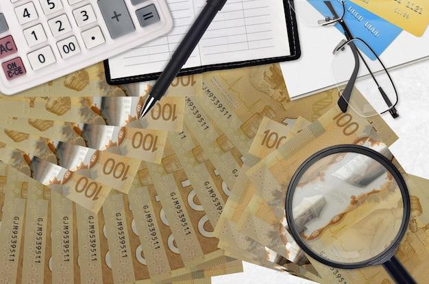 Kanadische dollarnoten und taschenrechner mit brille und stift