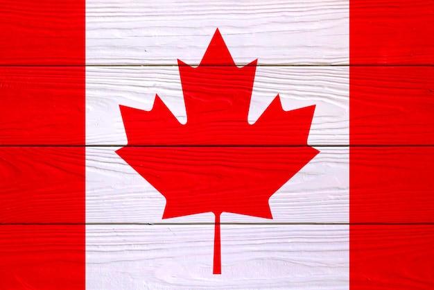 Kanadische flagge auf einem hölzernen hintergrund