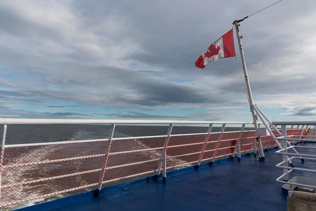 Kanadische flagge auf mv fundy rose, bucht von fundy, saint john, new brunswick, kanada