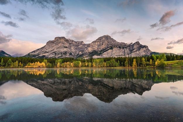 Kanadische rocky mountains-reflexion auf keilteich morgens
