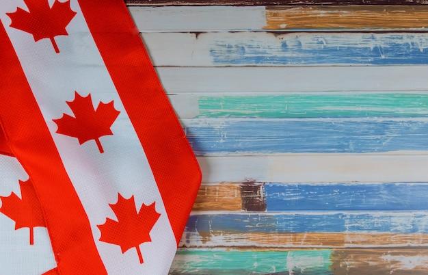 Kanadische rote und weiße flagge gegen dunklen rustikalen hintergrund für kanada-tagesfeier und nationalfeiertage