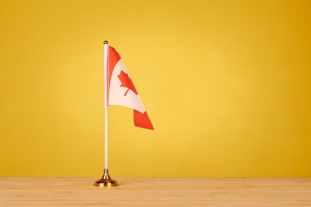 Kanadische tischfahne auf holztisch