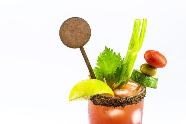 Kanadisches caesar-getränk, typisch kanadisches getränk, mit scharfer soße, sellerie, zitrone, wodka und eis. kopierraum, isolierte weiße oberfläche