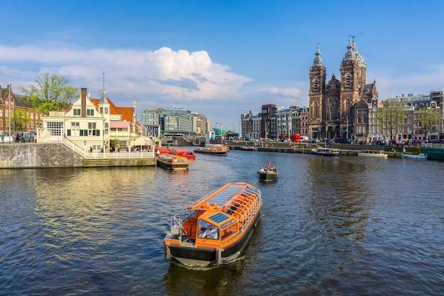 Kanal in den niederlanden amsterdams bringt alte europäische stadtsommerlandschaft des fluss amstel-marksteins unter