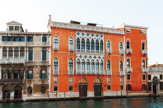 Kanal in venedig, italien mit schönen häusern