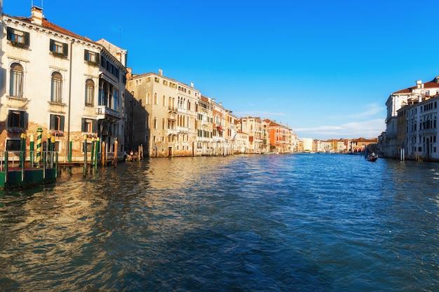 Kanal in venedig italien mit schönen häusern