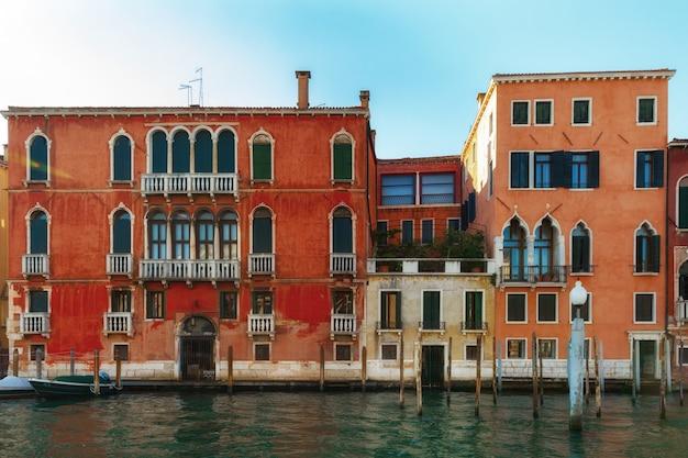 Kanal in venedig, italien mit traditionellen bunten schönen häusern